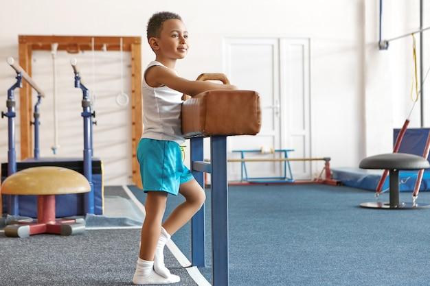 활성 행복한 어린 시절, 건강, 스포츠 및 체조 개념.