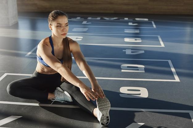 アクティブなlifestlye、ウェルネス、スポーツのコンセプト。若い女性の運動