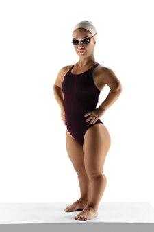 활동적인 라이프 스타일. 흰색 배경에 격리된 수영 연습을 하는 아름다운 작은 여자. 포용적인 사람들의 라이프스타일, 다양성과 평등. 스포츠, 활동 및 움직임. 광고에 대 한 copyspace입니다.