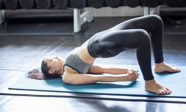 피트니스 체육관에서 운동하는 활동적인 라이프스타일 젊은 여성