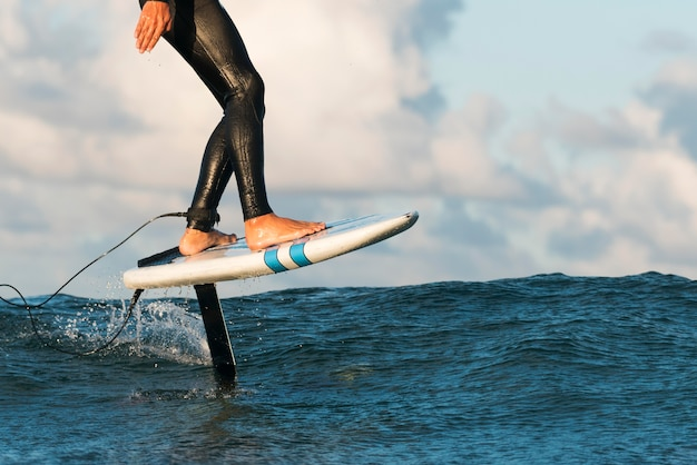 ハワイでサーフィンをする特別装備のアクティブな男