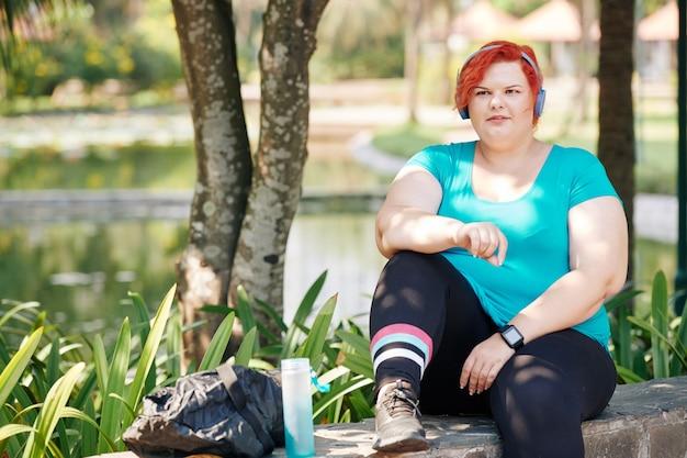 公園でアクティブなプラスのサイズの女性