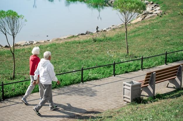 屋外で散歩を楽しむアクティブな年配のカップル