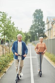 Активная старшая пара на электрических скутерах