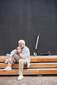 Активный старший мужчина отдыхает в городе