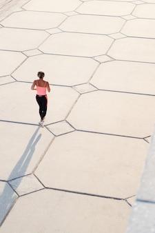 도시를 달리는 액티브 시니어 c 여성. 평면도. 스포티 한 피트 니스 여자입니다. 건강한 생활. 고품질 사진