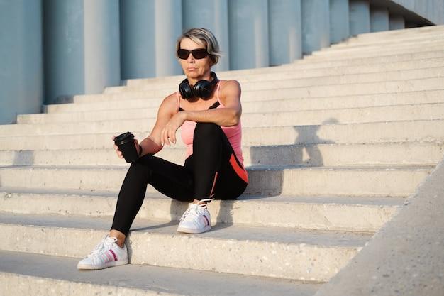 アクティブな高齢者の女性が市内でフィットネストレーニングを終了します