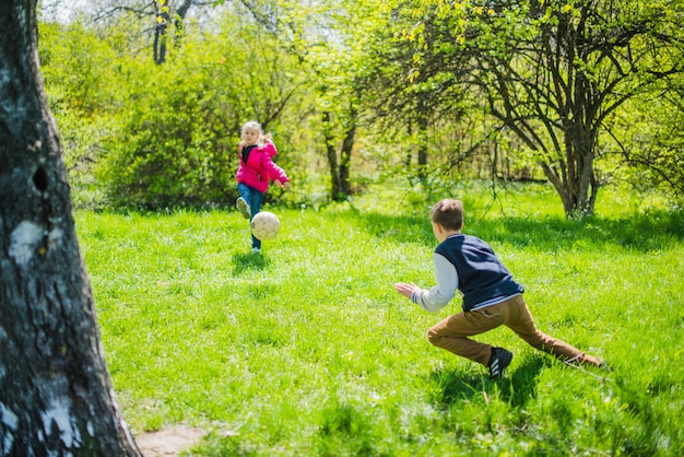 Fratelli attivi a giocare a calcio