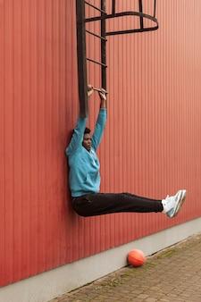Adolescente attivo nella formazione di abbigliamento sportivo