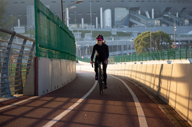 最初の太陽光線によるサイクリストのアクティブトレーニング
