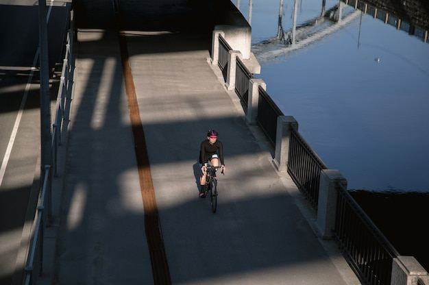 Активные тренировки на велосипеде по набережной города
