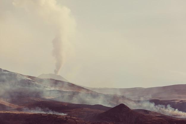 Активные вулканические горные пейзажи в андах, недалеко от каньона колка.