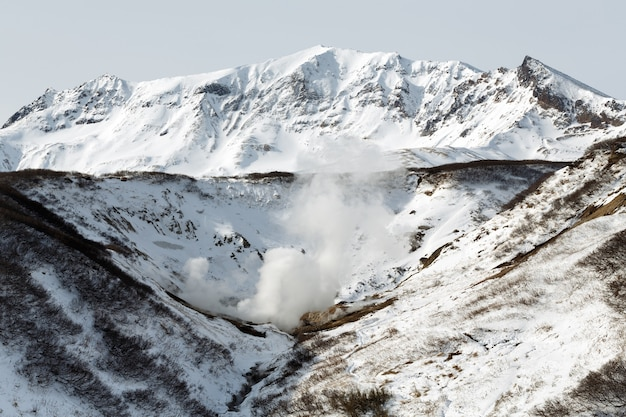 火山地帯の地熱渓谷温泉アトラクションの活火山景観冬景