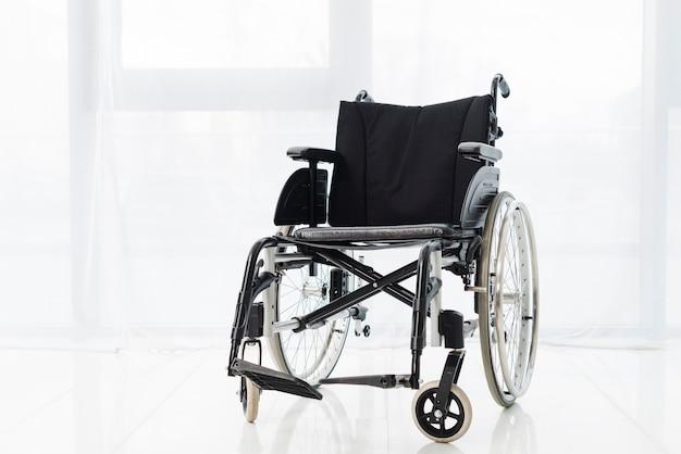방에있는 활동적인 휠체어