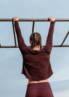 Donna attiva facendo esercizi di fitness all'aperto