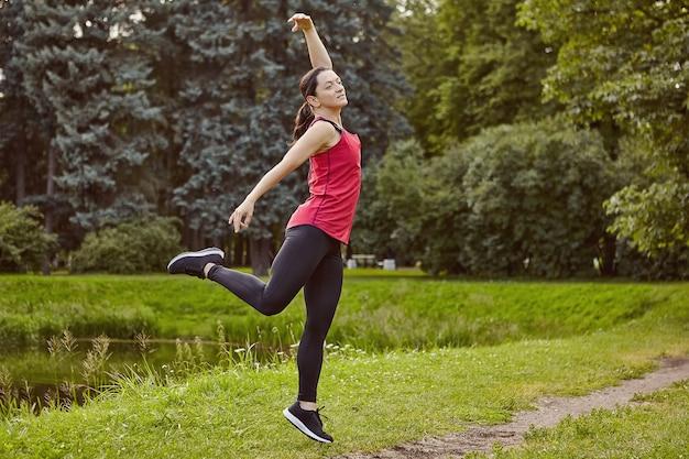 활동적인 여자는 요가 야외를 만든다.