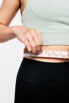 그녀의 허리를 측정하는 적극적인 여자