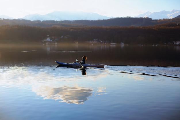 호수에서 카약 보트에 적극적인 여성 노