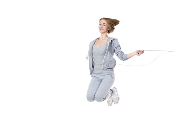 Donna attiva utilizzando una corda per saltare
