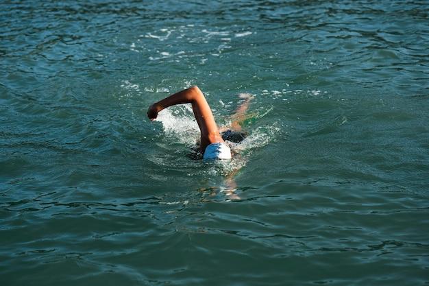 Giovane donna attiva che gode del nuoto