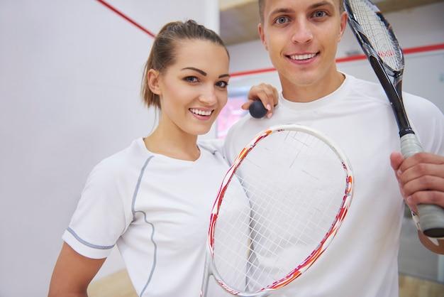 Активные молодые люди играют в сквош