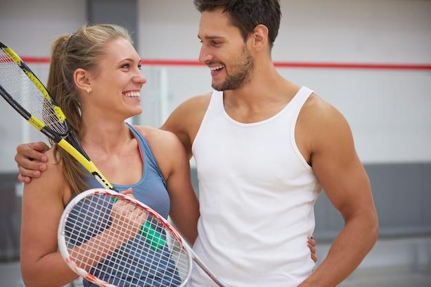 Giovani attivi che giocano a squash