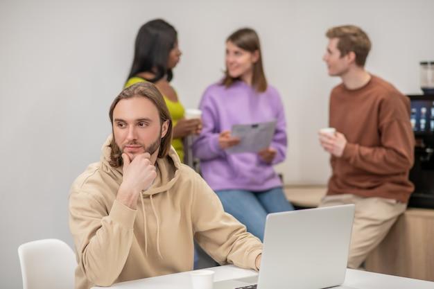 행동주의, 운동. 중요에 대해 이야기 뒤에 서 노트북과 젊은 주최자 동료 근처에 앉아 생각 낙관적 인 사람