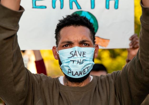 Активист протестует с маской для лица крупным планом