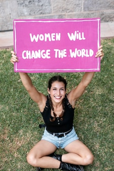 彼女の権利に抗議する活動家の女性