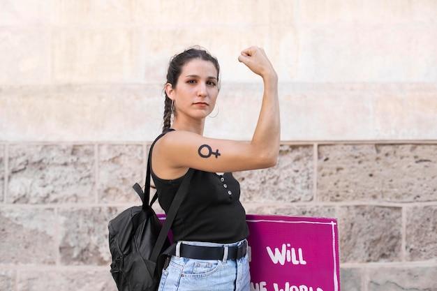 Donna attivista che protesta per i suoi diritti