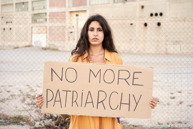 路上で抗議する活動家の女性フェミニズムの概念