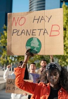 환경을 위해 항의하는 운동가