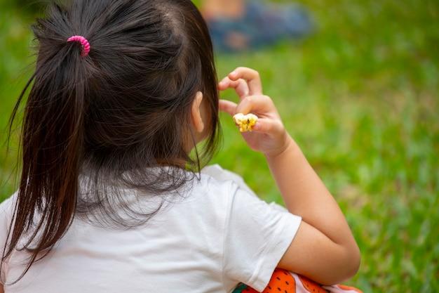 Мероприятия, организованные сообществом, снова наслаждайтесь совместной жизнью, дети, которые сосредоточены на перекусе