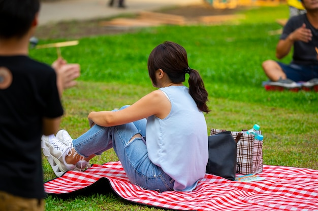 Мероприятия, организованные сообществом, снова наслаждайтесь совместной жизнью, пикник и отдых на траве