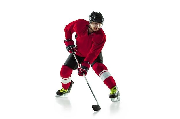활동. 얼음 코트와 흰 벽에 막대기로 남자 하키 선수. 장비와 헬멧 연습을 착용하는 스포츠맨. 스포츠, 건강한 라이프 스타일, 운동, 운동, 행동의 개념.