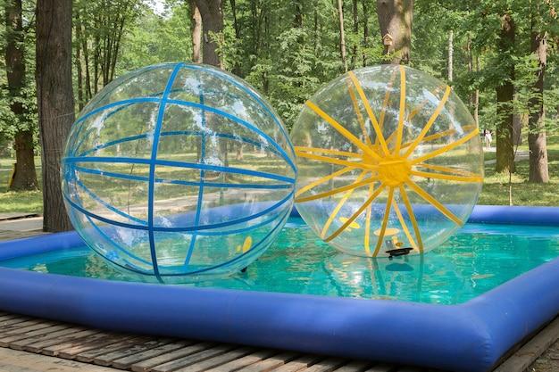 Актракция больших шаров в бассейне в парке
