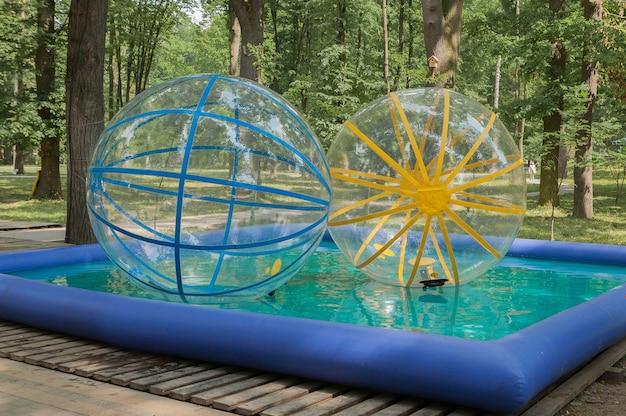 Акция большие шары в бассейне в парке