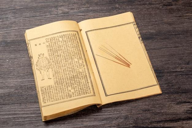 伝統的な漢方薬の鍼灸と医学書