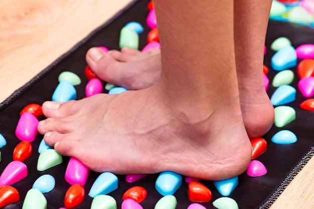 Акупунктурные точки массажного коврика для стимуляции стоп для домашней дорожки в виде пластиковых камней лечение заболеваний путем нажатия точек на стопу