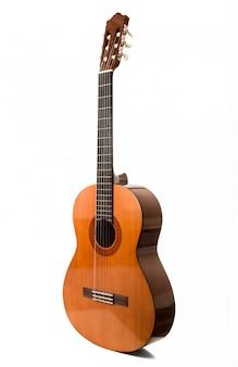 Акустическая гитара, изолированная на белом