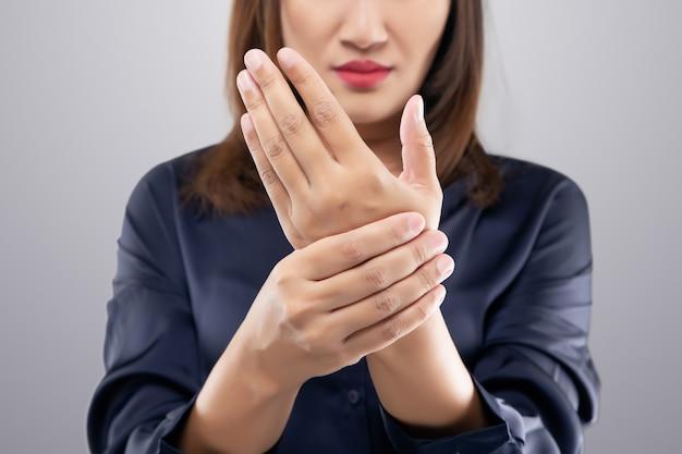 여성 손목의 급성 통증. 손 통증으로 고통받는 여성.