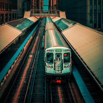 Линия поезда adams wabash в сторону chicago loop в чикаго