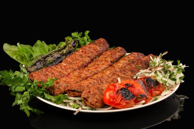 アダナケバブに野菜とピーマンとトマトのグリルを添えて