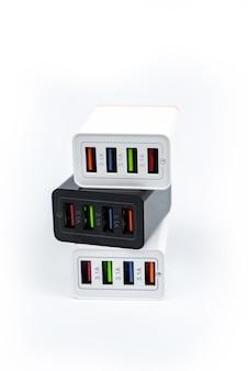 白い表面に分離されたマルチポート usb ポートを備えたアダプター充電器