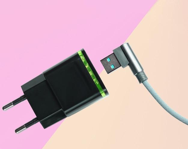 스마트 폰 충전 용 어댑터, 파스텔 컬러 배경의 usb 케이블