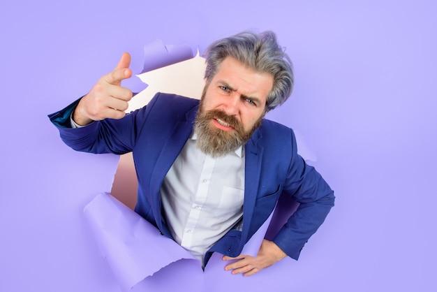 종이 삽입 텍스트를 통해 정장 사업가 비즈니스 개념 할인 판매에 광고 남자를 추가하거나