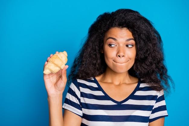 중독 된 펑키 아프리카 미국 여자 잡고 크로와상 봐 물린 입술
