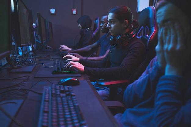 Зависимые геймеры в компьютерном клубе