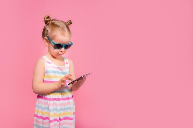 휴대 전화에 읽고 sms를 보내는 어린 소녀에 중독. 휴대 전화 디지털 장치 및 어린이 개념.