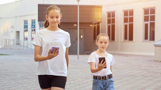 스마트폰에 중독된 십대 청소년들은 가제트를 살펴봅니다.